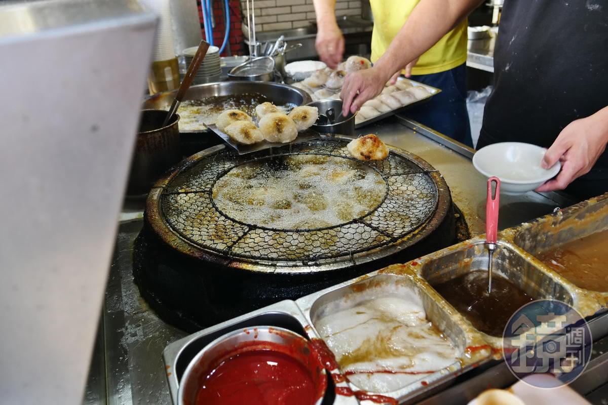 阿三肉圓把外皮炸到酥脆,放涼吃會變Q。