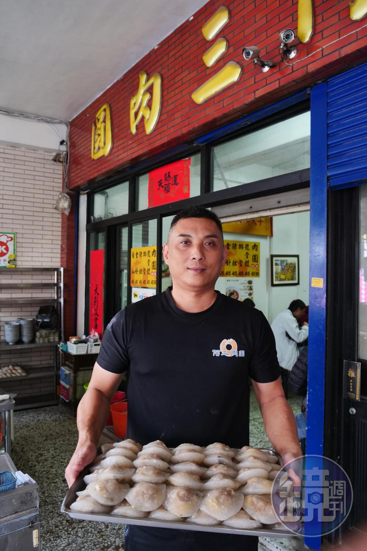 阿三肉圓第二代老闆張耀仁,承襲外公、媽媽做肉圓的好手藝。