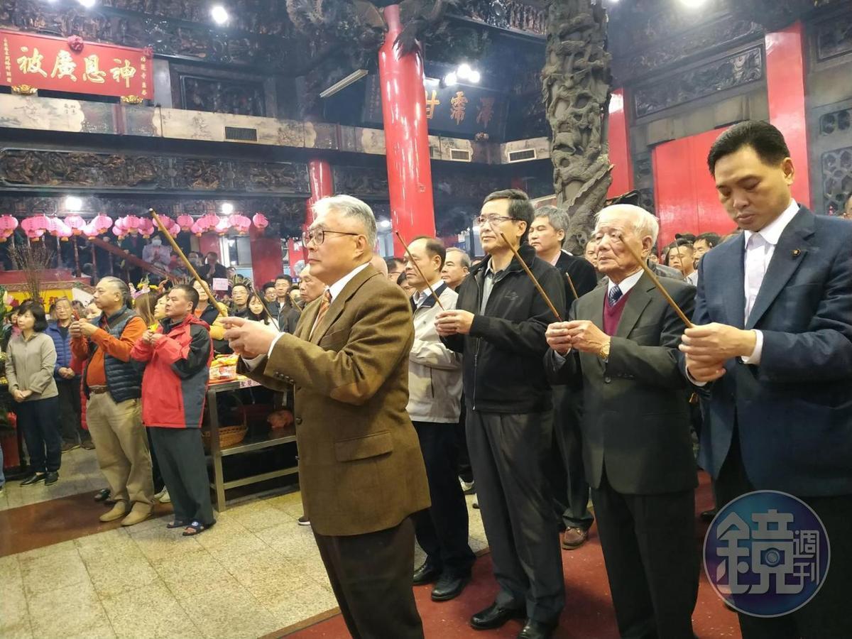 湧蓮寺主委陳宏昌先率工作人員工商團拜,接著抽出國運籤。