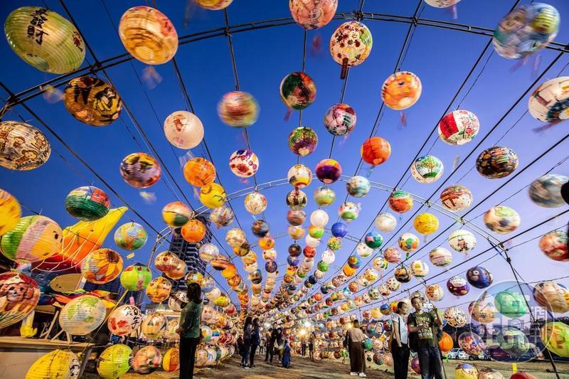 1200顆燈籠隨風擺盪 台南春節「普濟殿燈會」來了