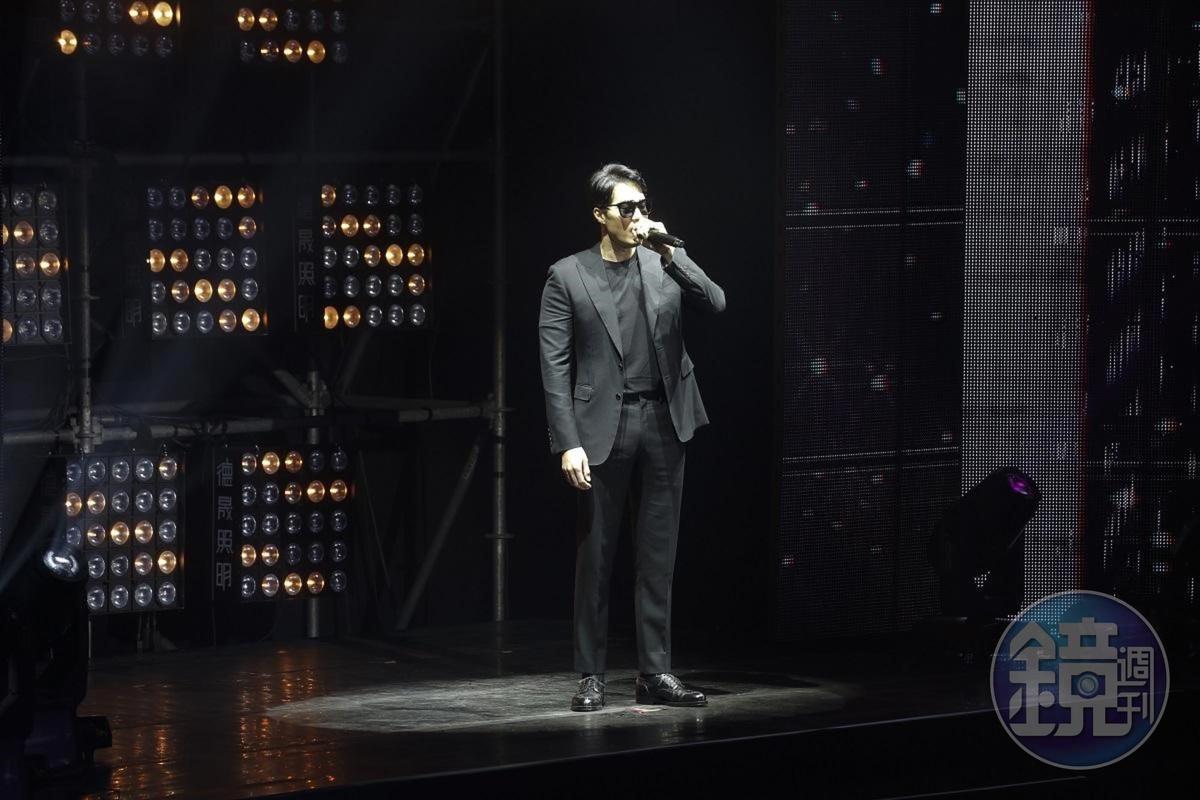 蘇志燮以主演韓劇《我身後的陶斯》裝扮帥氣出場,讓全場女性粉絲興奮得頻頻尖叫。