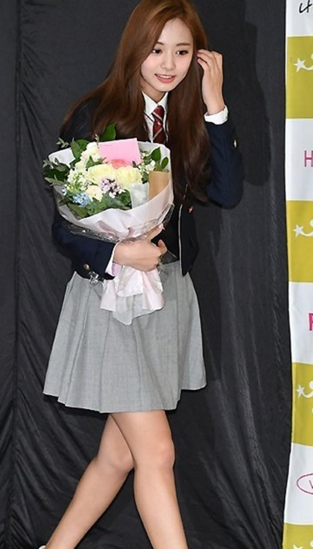 周子瑜與孫彩瑛今參加高中畢業典禮,模樣俏皮可愛。(翻攝自韓網)