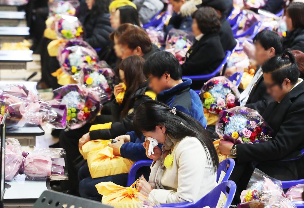 檀園高中為罹難師生舉行名譽畢業典禮,罹難者家屬淚流不止。(東方IC)