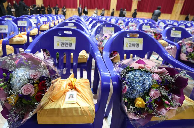 250把空椅放上鮮花 世越號罹難師生們終於畢業了