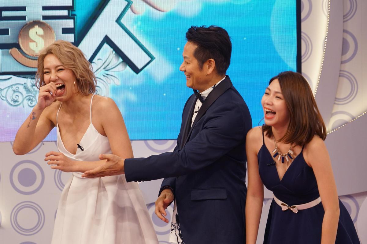 劉雨柔低胸性感夢露洋裝上場玩遊戲,被徐乃麟大虧要靠美色吸引觀眾。(狼谷娛樂提供)