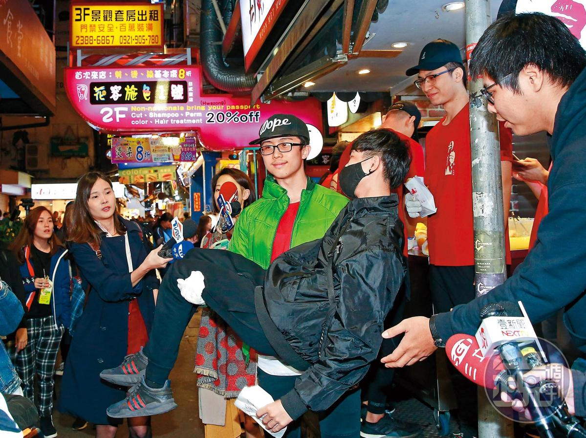雖然熱愛動漫當中的女生,不過有男粉絲對孫安佐(右二)示好要被新娘抱,他也來者完全不拒。