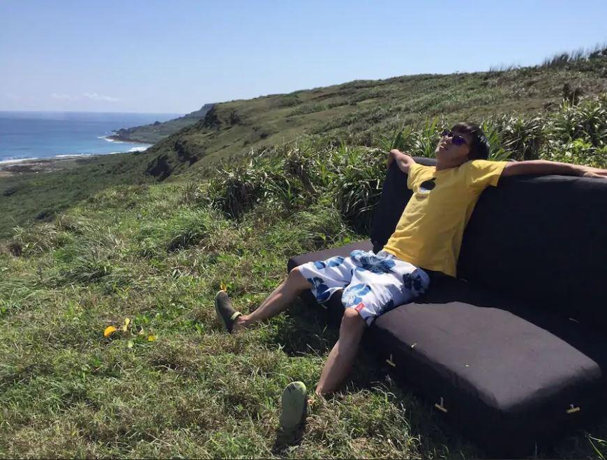 墾丁國家公園附近的草地上,除了床墊外,還有沙發。(圖翻攝自airbnb)