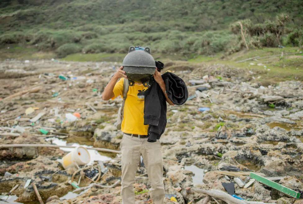 除了大型廢棄物,還有許多海漂垃圾在岸上。(圖翻攝自airbnb)