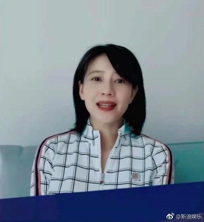 高圓圓近日影片刻意遮肚,網友懷疑她有孕了。 (翻攝自新浪娛樂)
