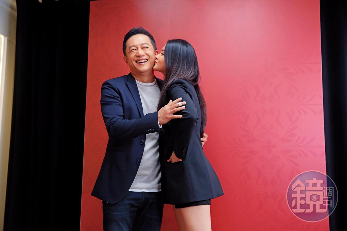 陳昭榮:女兒別這樣,太近了。 女兒:小時候看把拔 身邊女星也都 這樣做~(設計對白)