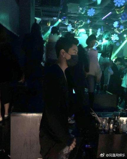微博有網友貼出今年一月王大陸在韓國勝利夜店玩的照片。(網路圖片)