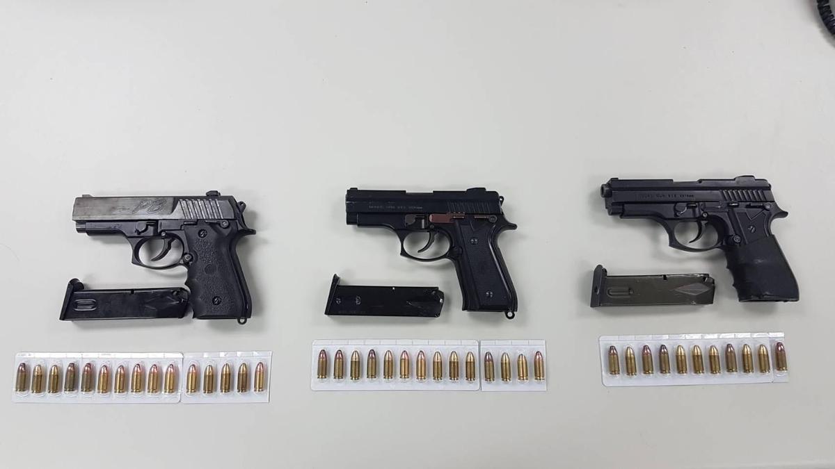 李嫌腰際緝獲的3枝改造手槍與附有彈匣及子彈40顆。(警方提供)