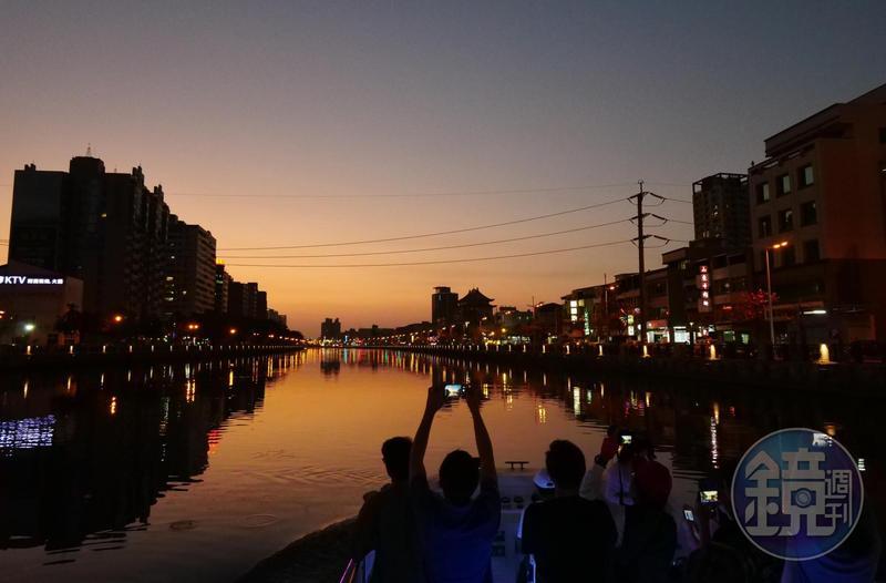 圖/鏡週刊 「橋來了,趴下」來安平運河賞夕陽 膽子要夠大