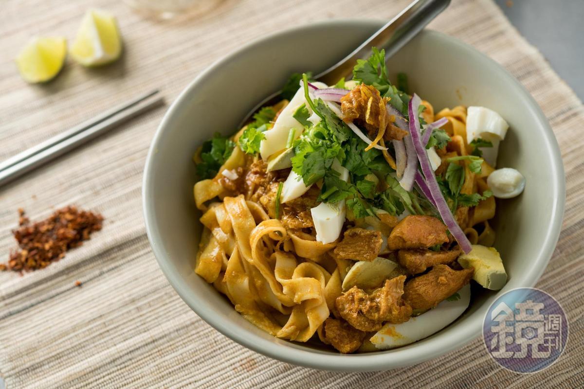 「金山麵」瀰漫濃厚咖哩香,雞肉塊香嫩入味,擠點新鮮檸檬汁,味道爽口開胃。(60元/碗)