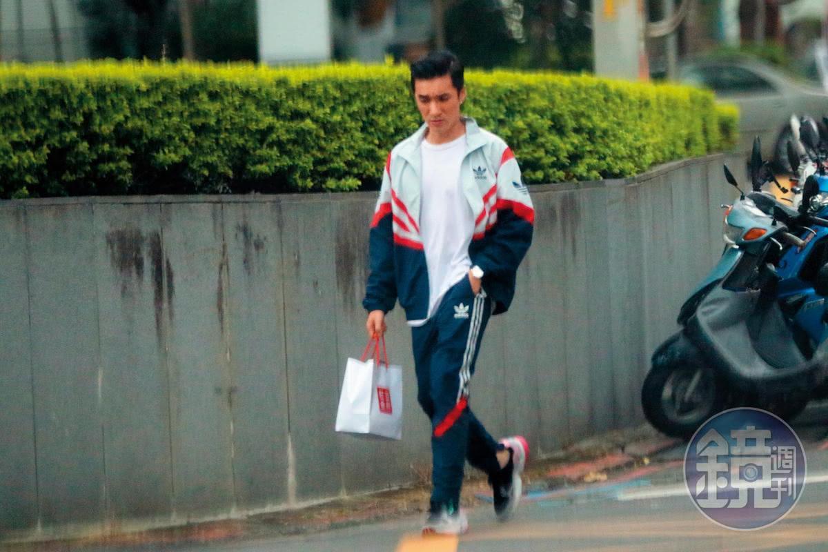 王又正下工之後,一身運動勁裝前往座駕。