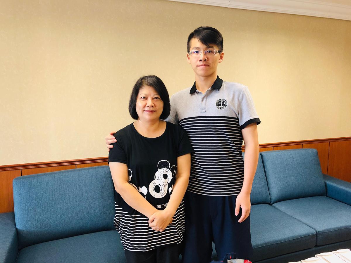 邱彤瑀在兒子陪伴下,現身分享丈夫器官捐贈的心路歷程。圖/高雄長庚提供
