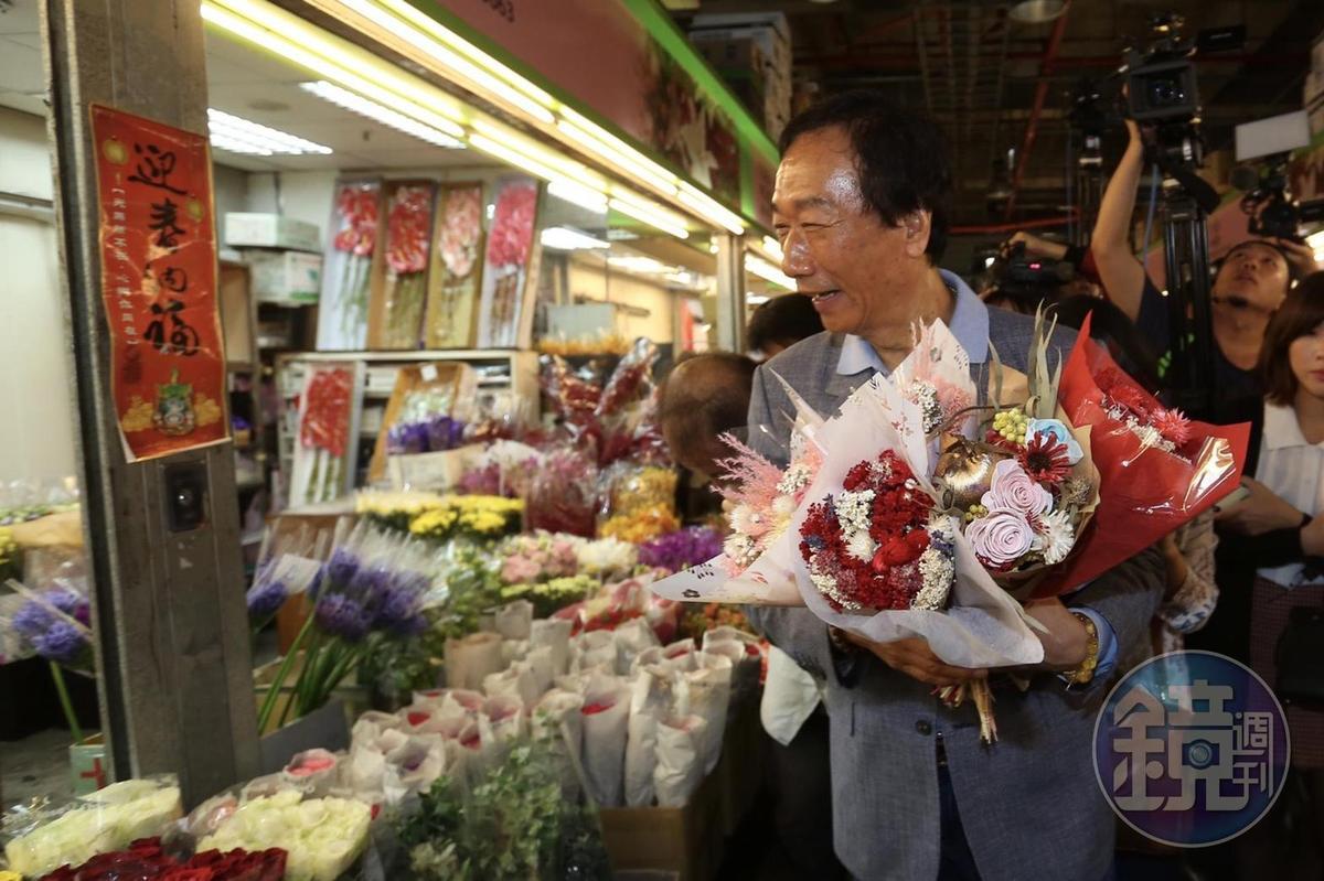 鴻海集團董事長郭台銘前往台北市內湖花市採買母親節花束。