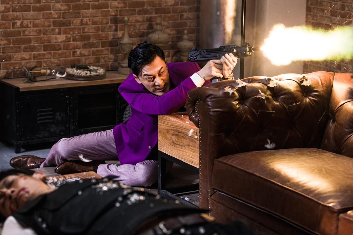 林峯在槍戰戲用了許多不同的槍枝,令他大呼過癮。(華映提供)