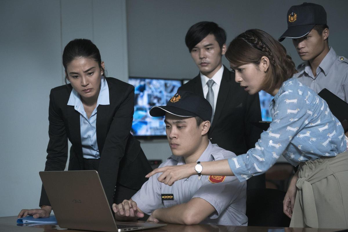 洪小鈴(左)在公視《生死接線員》演檢察官,與主演劉倩妏(右)在病患溺水的泳池現場進行勘驗。圖/公視提供