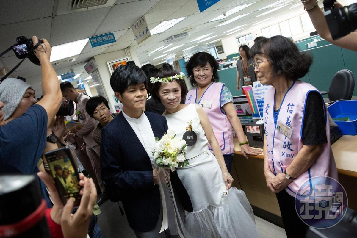 作家陳雪與早餐人兩人身著正式服裝進行登記,雖然早已辦過婚禮,但仍相當緊張。
