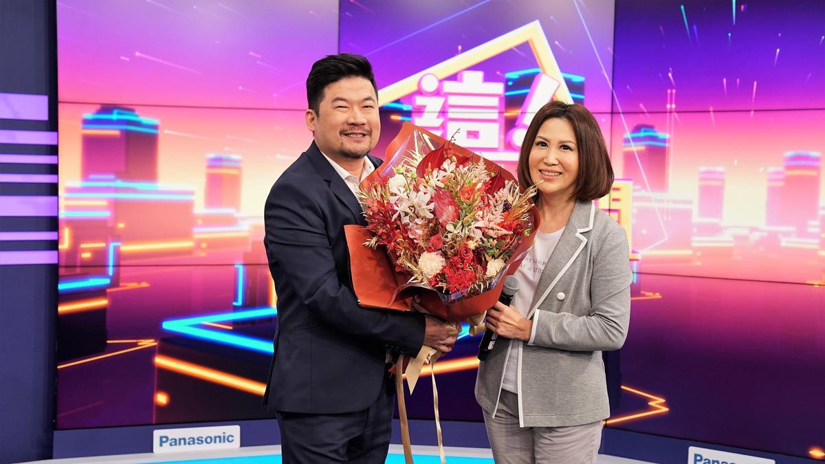 陳斐娟新談話節目《這!不是新聞》即將開播,廖慶學特地送花獻上祝福。圖/東森提供