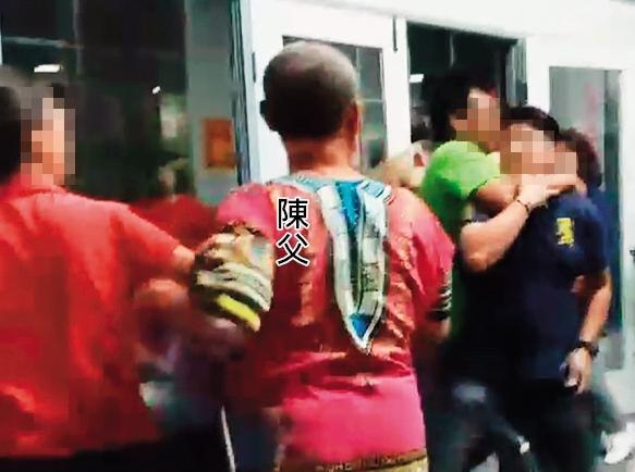 藝人陳怡婷的父親遭住戶爆料在社區胡作非為,還夥同綠衣者毆打住戶。(讀者提供)