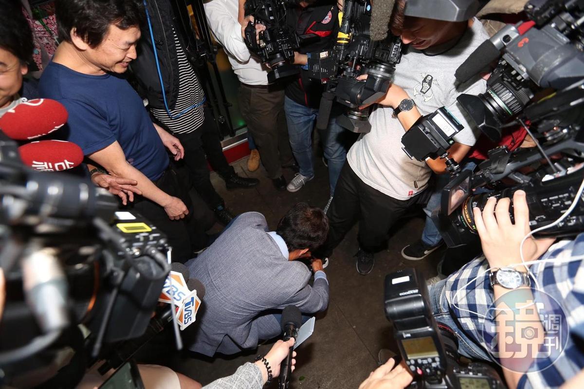 郭台銘坦言過去比較不怕記者,現在卻相反最怕記者,幫記者綁個鞋帶就被寫成這樣。圖/鏡週刊