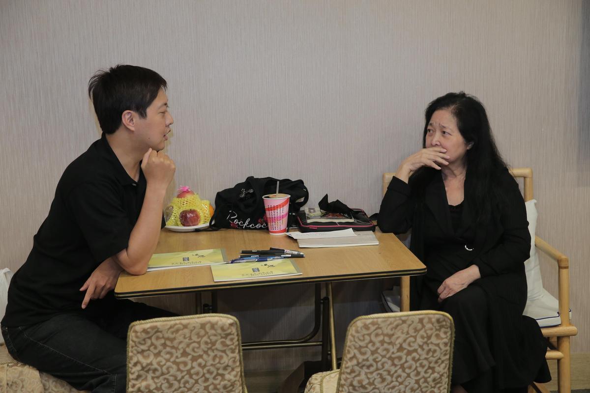沛小嵐穿著全身黑、和家屬在靈堂討論後續事宜。(台北市攝影記者聯誼會)