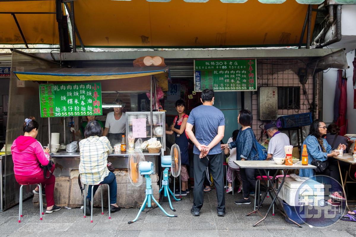 「小李肉羹」擺攤超過30年,附近商家、在地人都很推薦。