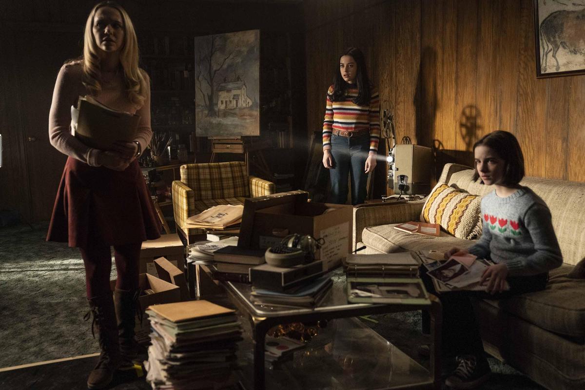 安娜貝爾喚醒靈異博物館中所有惡靈,而它們全將目標放在華倫夫婦的十歲幼女茱蒂。(華納兄弟)