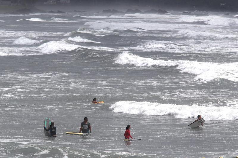 圖/鏡週刊提供 颱風天硬要衝浪 鄉民嗆:造成別人麻煩就低調點
