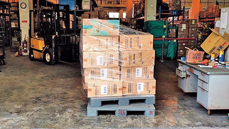 國安局團購的9,800條免稅菸全被藏在華膳倉庫內暫放,直到總統專機降落前一刻,才被混充成行李送上車。