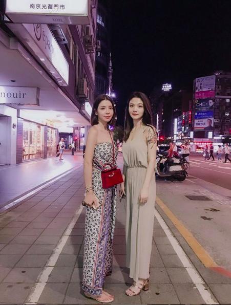 李毓芬(左)和親姊姊合照,神似藝人的氣場讓網友稱讚。(翻攝自李毓芬IG)