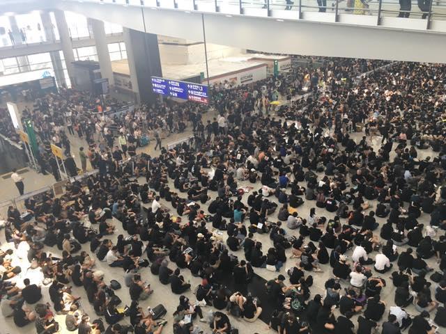 圖/鏡週刊提供 機場黑潮再現 香港機管局取消今日300航班