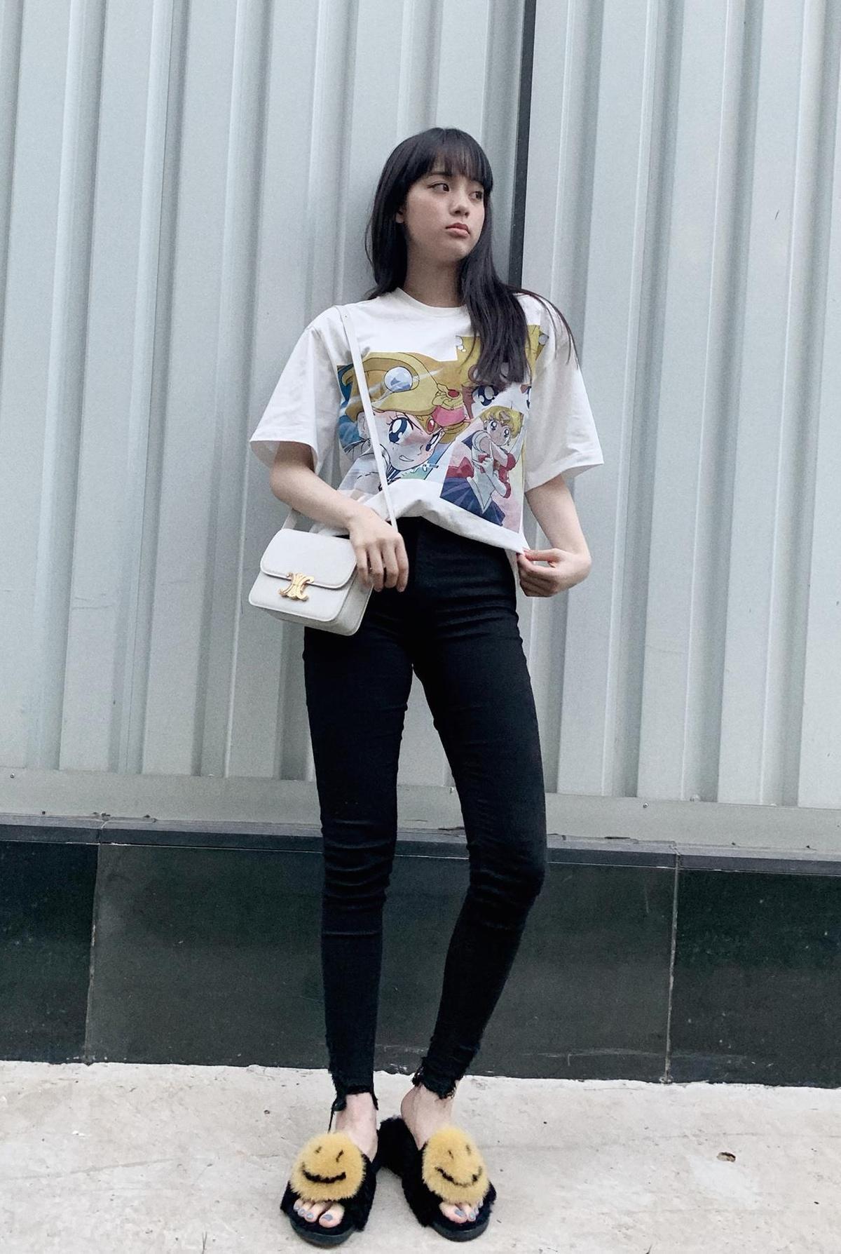 歐陽娜娜以印花T-shirt與可愛的笑臉拖鞋搭配Triomph包。(CELINE提供)