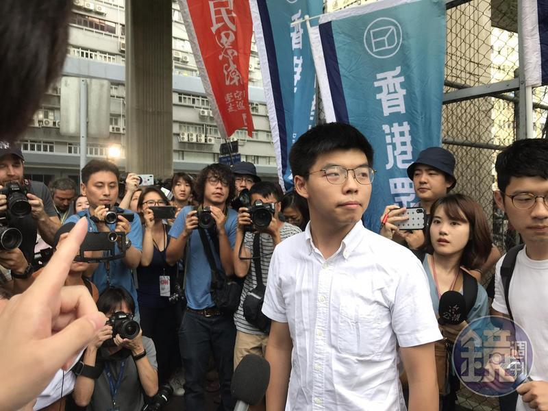 圖/鏡週刊提供 黃之鋒當街遭拘捕 王丹示警:鎮壓時刻要到了
