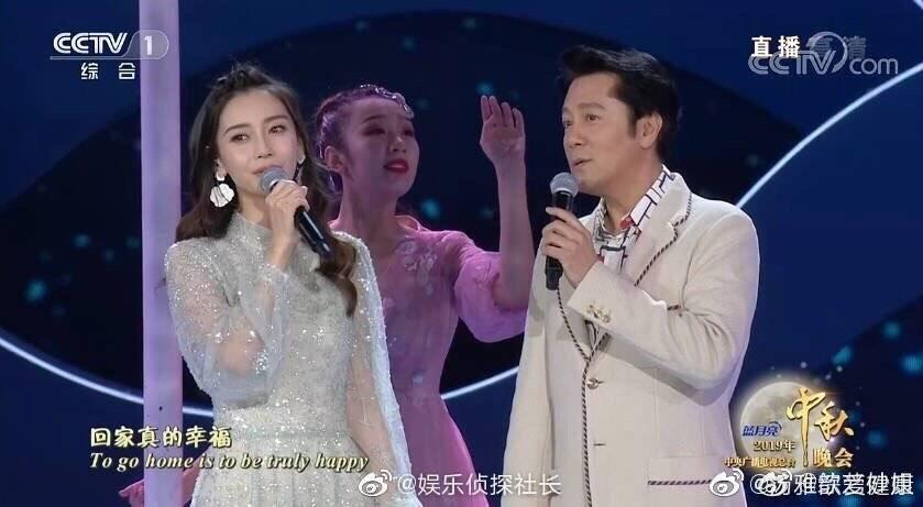 Angelababy則是與男歌手蔡國慶合唱,網友調侃她要是與黃曉明一起唱,調音師條他倆的走音應該會很辛苦。(翻攝微博)
