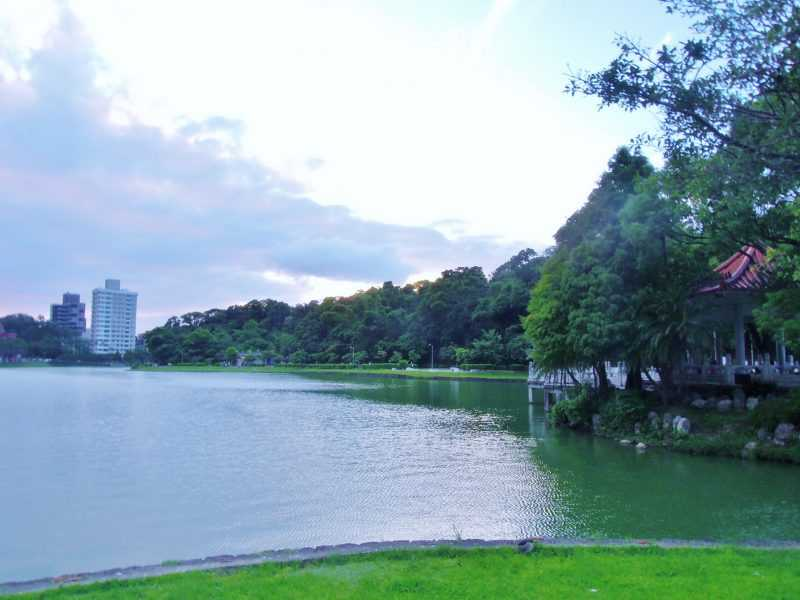 碧湖公園沿湖景色(工務局提供)