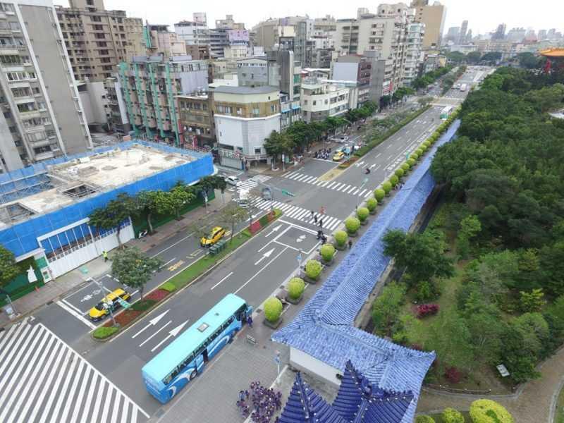自由廣場前球型黃金榕與色彩繽紛的草花(台北市工務局提供)