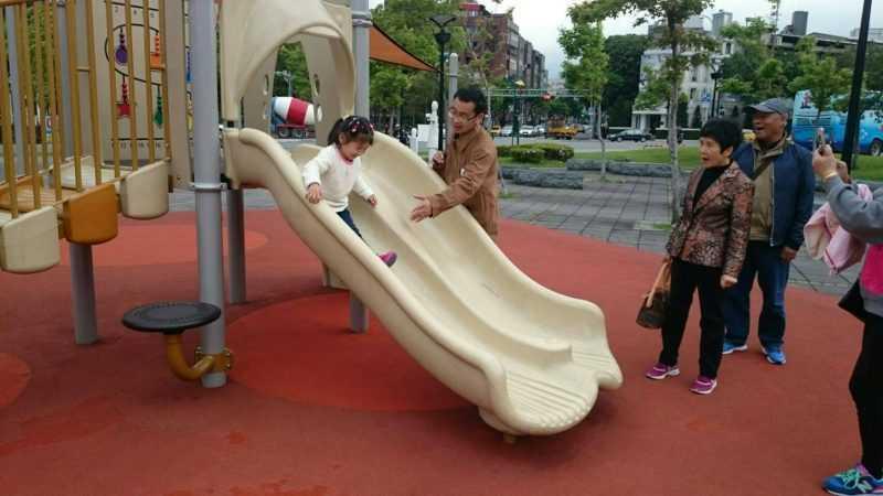 士林四號廣場共融遊具-雙道滑梯(台北市工務局提供)