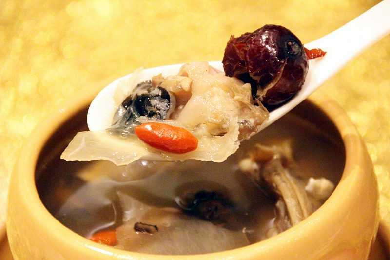 天麻魚頭滋補湯,天麻有養肝益氣補腦功效,與魚頭一起燉補,適合各族群溫補食用。