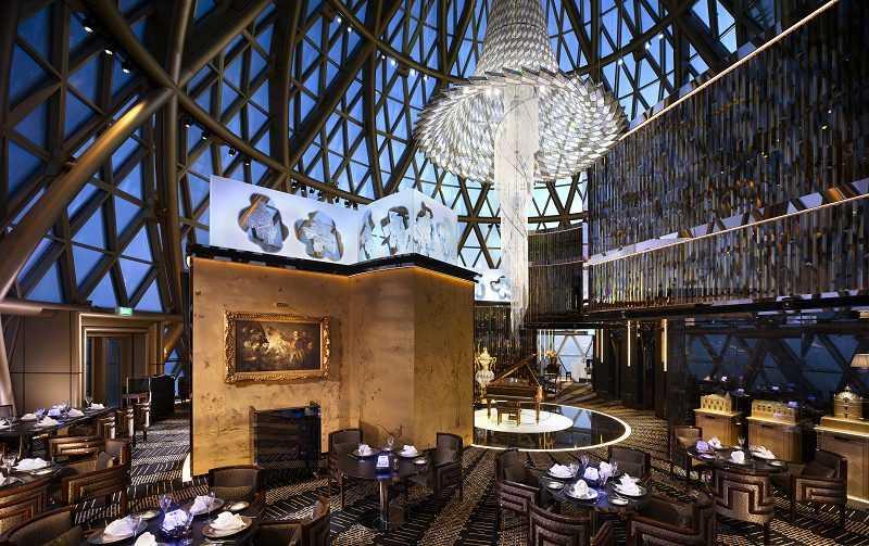 位於新葡京酒店43樓最高圓頂內,可俯瞰澳門迷人景致。餐廳中央由13萬顆施華洛世奇水晶鑲嵌成的特大水晶吊燈相當吸睛,再配合上兩旁的Baccarat水晶落地燈,營造出懾人氛圍。