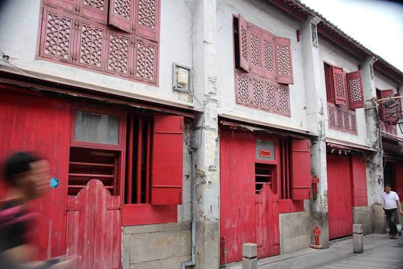 澳門第一家電影院就開設於福隆新街,老街現仍保留中式紅窗門風情,吸引許多觀光客來此走逛拍照。