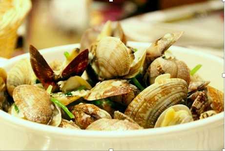 葡式炒蜆與餐包是絕配,也是「土生澳門葡國菜」的常見吃法,以餐包沾取鹹香醬汁入口,超級「涮嘴」!