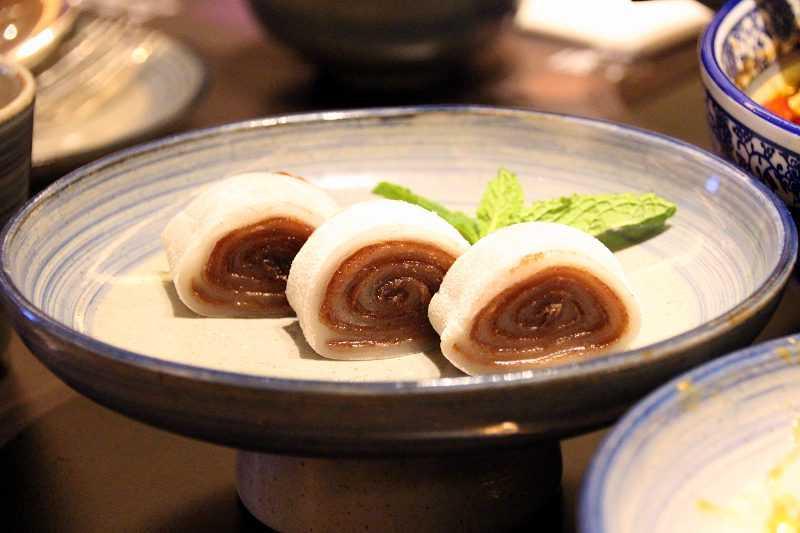 京城驢打滾,是老北京有名的傳統甜點,豆香餡甜,入口綿軟,別具風味。