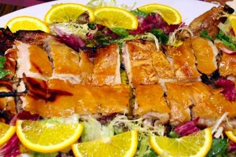 葡式烤乳豬選用重約十磅的小乳豬,以葡國白酒、白蘭地、香草等醃香風乾,木炭烤香,外皮薄脆不膩,軟滑的肉質鹹度剛好。