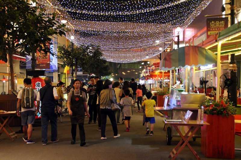 澳門百老匯大街有如小型觀光夜市,予人親切的感受。