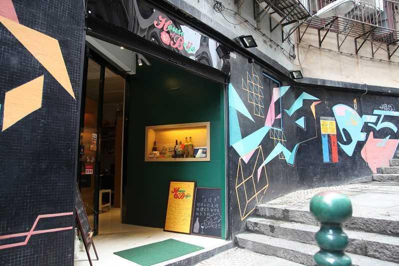 大關斜巷的公共牆面有許多繽紛彩繪。