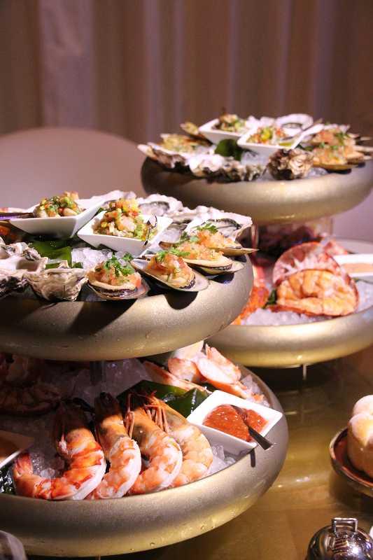 各式生蠔、淡菜、龍蝦、海蝦構成的海鮮塔,徹底滿足饕客想大啖海鮮的慾望。