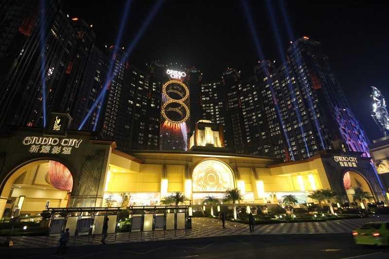 8字摩天輪鑲嵌在兩棟酒店大樓間,十分醒目。